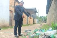 Charles Meireles solicita asfaltamento e limpeza do lixo no beco Quatro Estações