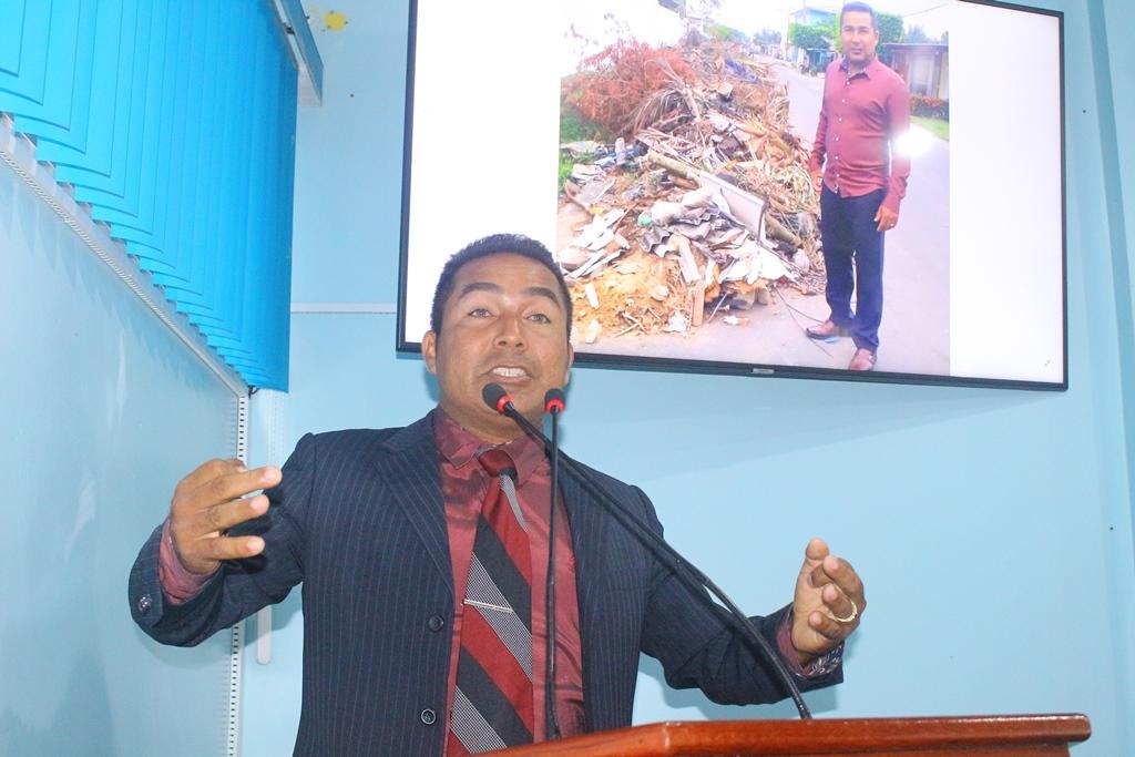Charles Meireles solicita retirada de entulhos nas ruas de Manicoré